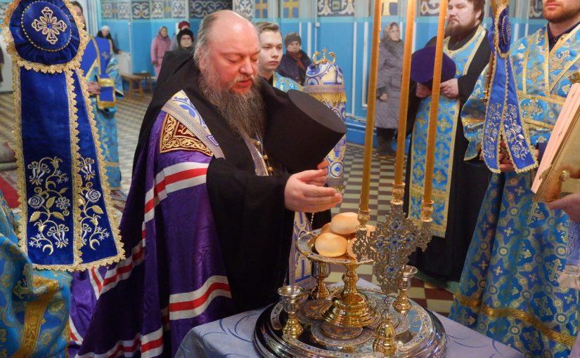В канун праздника Сретения Господня епископ Митрофан совершил всенощное бдение в Михайло — Архангельском кафедральном соборе