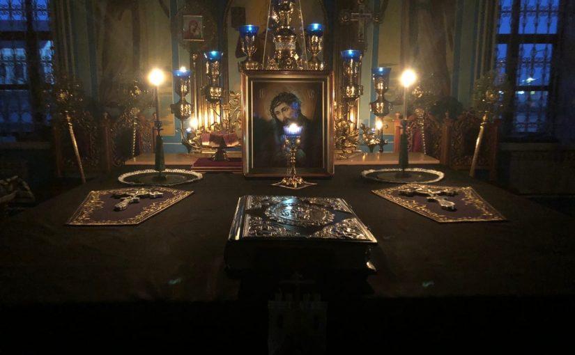 В канун понедельника Страстной седмицы епископ Митрофан молился за уставным богослужением в Михайло — Архангельском кафедральном соборе