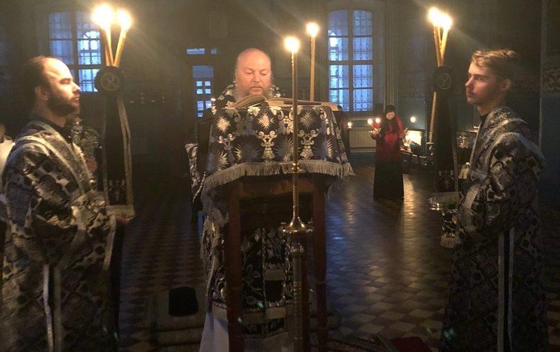 Епископ Митрофан совершил утреню с чтением 12-ти Евангелий Страстей Христовых в Михайло — Архангельском кафедральном соборе