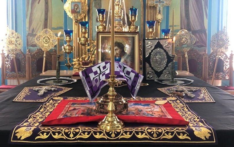 В Великую Среду епископ Митрофан молился за Литургией Преждеосвященных Даров в Михайло — Архангельском кафедральном соборе