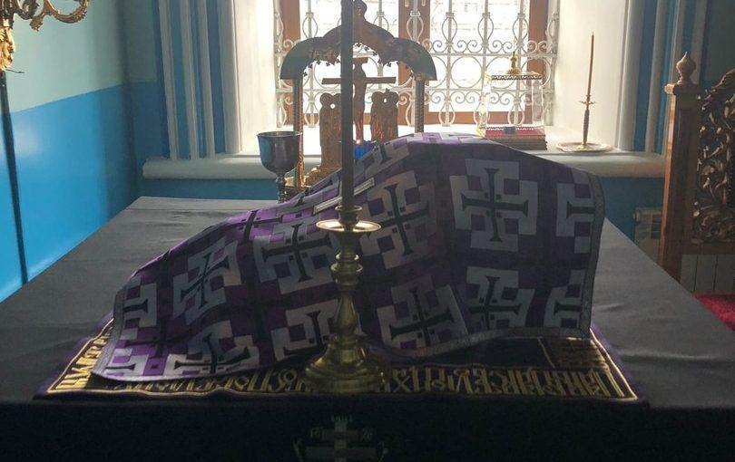 В Великий Вторник епископ Митрофан молился за Литургией Преждеосвященных Даров в Михайло — Архангельском кафедральном соборе