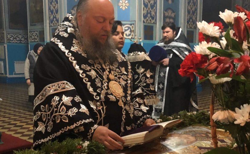 Епископ Митрофан совершил утреню Великой Субботы с чином погребения в Михайло — Архангельском кафедральном соборе