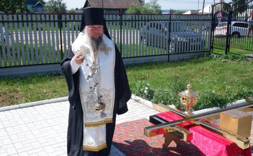 Епископ Митрофан совершил чин освящения креста на купол храма Богоявления с. Вадинск
