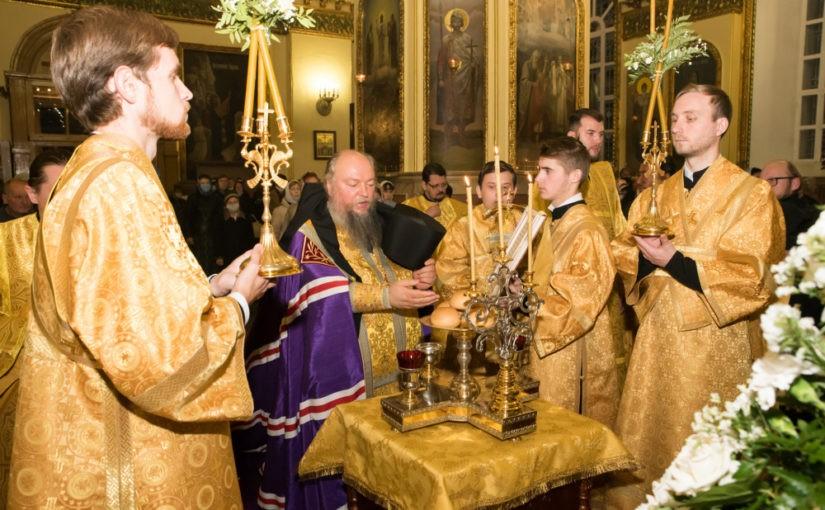 В канун дня памяти святителя Иннокентия Пензенского епископ Митрофан совершил малую вечерню с акафистом и всенощное бдение в Успенском кафедральном соборе