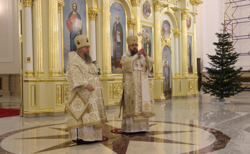 В праздник Рождества Христова митрополит Серафим и епископ Митрофан совершили великую вечерню в Спасском кафедральном соборе