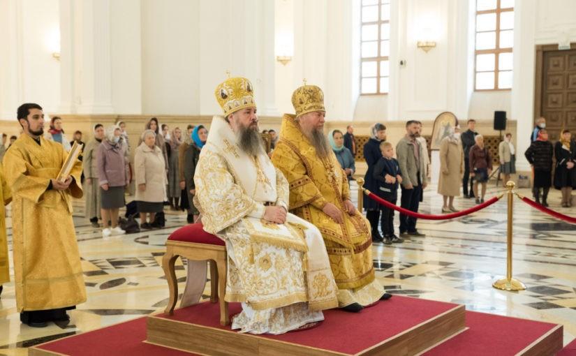 В день памяти святого благоверного князя Александра Невского митрополит Серафим и епископ Митрофан совершили литургию в Спасском кафедральном соборе